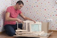 Fadern monterar en stol för barn royaltyfria bilder