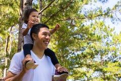 Fadern och barnet har en rolig dag utanför och att skratta och spela tillsammans på en gå royaltyfri fotografi