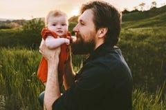 Fadern och dottern behandla som ett barn den lyckliga familjen för utomhus- ferie för faderdagen royaltyfri foto