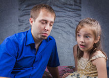 Fadern och dottern känner sig ledsna Fotografering för Bildbyråer