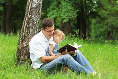 Fadern och dottern läser Arkivbilder