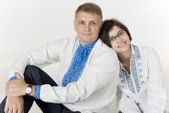 Fadern och dottern lutar på de Royaltyfri Foto