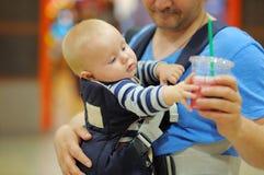 Fadern och hans behandla som ett barn pojken Royaltyfri Foto