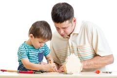 Fadern och sonen arbetar tillsammans Royaltyfri Foto