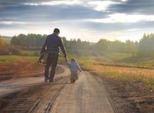 Fadern och sonen går på en tur arkivfoto