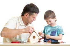 Fadern och sonen gör att bygga bo asken tillsammans Arkivfoto