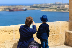 Fadern och sonen reser i Malta, Europa Arkivfoton