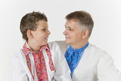 Fadern och sonen ser de lovingly Fotografering för Bildbyråer