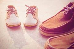 Fadern och sonen skor Arkivfoto