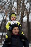 Fadern och sonen som går i vinter, parkerar arkivbilder