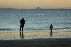 Fadern och sonen som går på Portobello, sätter på land Edinburg royaltyfri fotografi
