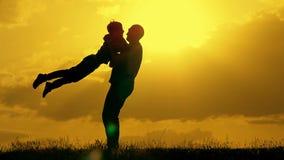 Fadern och sonen spelar i parkera under solnedgång Begreppet av en enig familj arkivfilmer