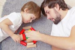 Fadern och sonen spelar tillsammans Royaltyfria Foton