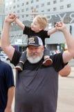Fadern och sonen spenderar tid tillsammans Royaltyfri Bild