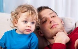 Fadern och sonen spenderar tid tillsammans Arkivfoto