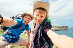 Fadern och sonen tar deras aktiva semesterselfiefoto arkivfoton