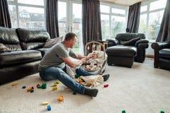 Fadern Relaxing med hans behandla som ett barn hemma dottern Royaltyfri Fotografi