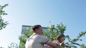 Fadern roterar dottern parkerar in på blå himmel lager videofilmer