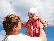 Fadern rymmer dottern royaltyfri fotografi