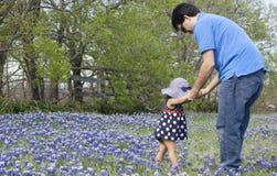 Fadern rymmer dottern Royaltyfria Bilder