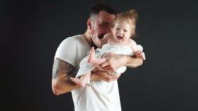 Fadern som är hållande på gulligt litet för händer, behandla som ett barn Familj-, förälskelse- och lyckabegrepp lager videofilmer