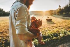 Fadern som g?r med, behandla som ett barn barnfamiljlivsstil royaltyfria foton