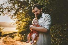 Fadern som g?r med, behandla som ett barn dotterfamiljlivsstil arkivbild