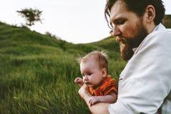 Fadern som g?r med sp?dbarnet, behandla som ett barn utomhus- familjlivsstil royaltyfria bilder