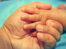 Fadern som rymmer en hand av hans, behandla som ett barn arkivbilder