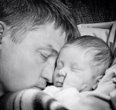 Fadern som sover med, behandla som ett barn sonen Arkivfoton