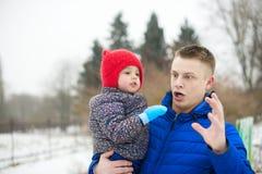 Fadern som spelar med hans, behandla som ett barn dottern Arkivbild