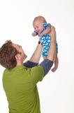 Fadern som spelar med lyckligt, behandla som ett barn pojken Arkivbild
