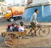 Fadern transporterar hans barn Royaltyfri Fotografi