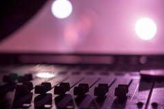 Faders de mistura audio profissionais da mesa na fase foto de stock royalty free