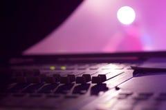 Faders de mistura audio profissionais da mesa na fase imagens de stock royalty free