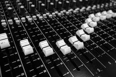Faders de mistura audio profissionais do console do close up imagens de stock royalty free