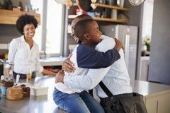 FaderSaying Goodbye To son, som han lämnar för arbete Fotografering för Bildbyråer