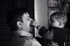 Faderskapförälskelsebarndom royaltyfri foto