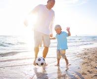 Faderson som spelar för fotboll begrepp tillsammans Royaltyfri Bild
