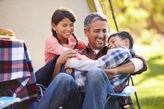 FaderWith Children Enjoying campa ferie royaltyfri fotografi