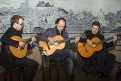 fadogitarr som leker portugisiskt traditionellt Arkivbild