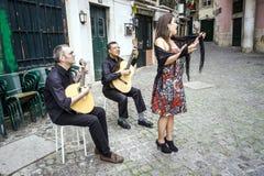 Fadomusikband som utför traditionell portugisisk musik i Alfama, Lis arkivbild