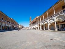 Faenza IT: Piazza Del Popolo, ?redniowieczny pa?ac, katedra Artystyczna ceramika fotografia stock