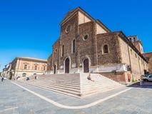 Faenza IT: Piazza Del Popolo, ?redniowieczny pa?ac, katedra Artystyczna ceramika zdjęcia stock