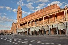 Faenza, Ravenna, Emilia-Romagna, Itália: Praça del Popolo Peopl imagens de stock