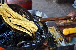 Fafda étant fait de farine de pois chiche de Besan photo stock