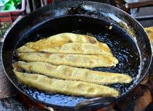 Fafda - het ontbijt die van de gujratisnack in een winkel worden gebraden Stock Afbeeldingen