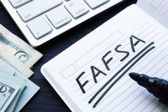 FAFSA ręcznie pisany w notatce Bezpłatny zastosowanie dla Federacyjnej Studenckiej pomocy zdjęcie royalty free