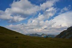 Fagaras与三个美丽的帐篷的山景 库存图片