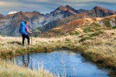 Fagaras山的,喀尔巴汗,特兰西瓦尼亚,罗马尼亚,欧洲运动的远足者妇女 免版税库存图片